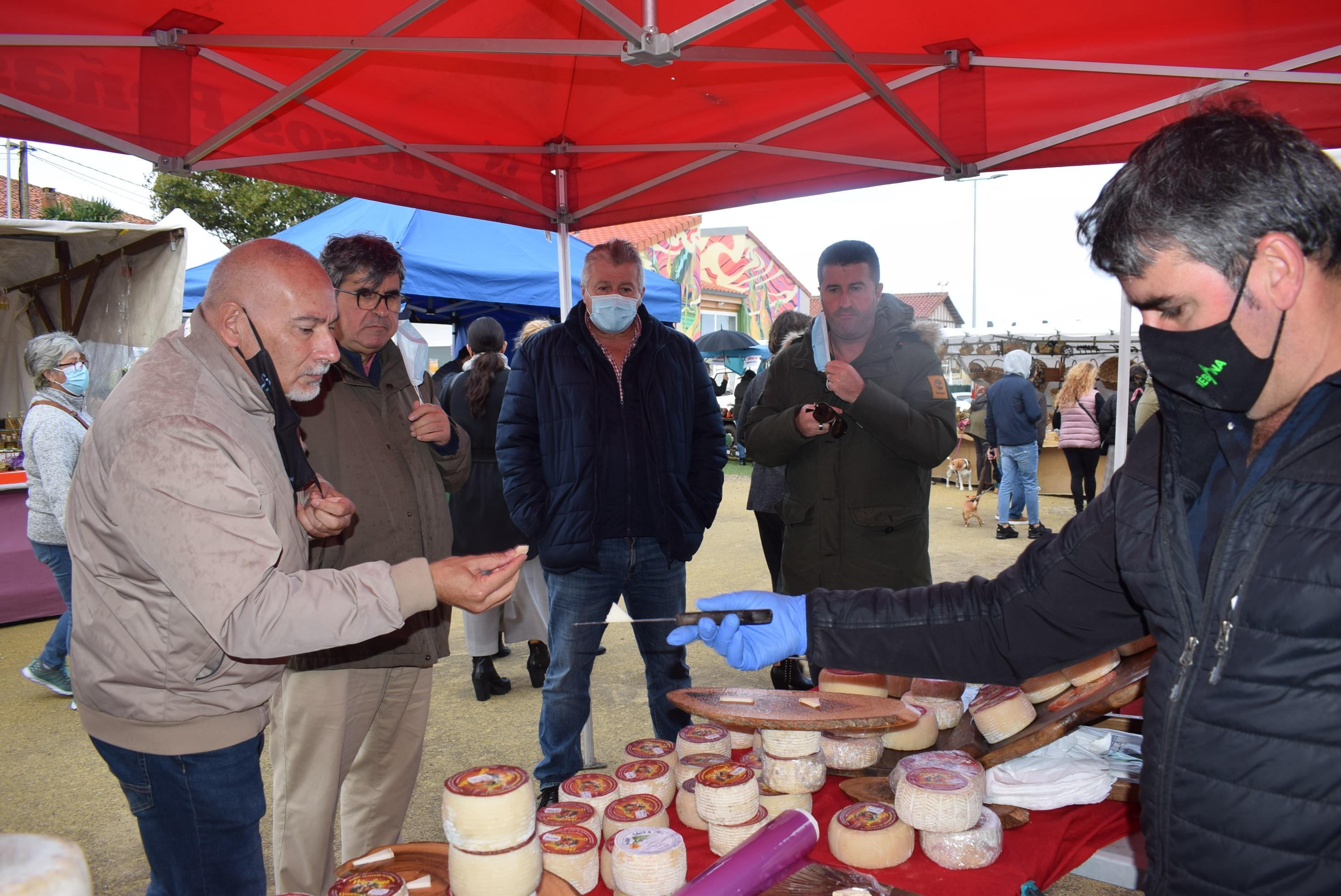 Una treintena de artesanos y productores se dan cita en el mercado de otoño de Liencres
