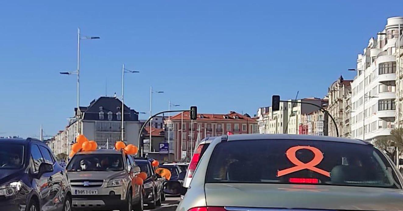 Cientos de coches marchan por Santander en protesta contra la ley Celaá