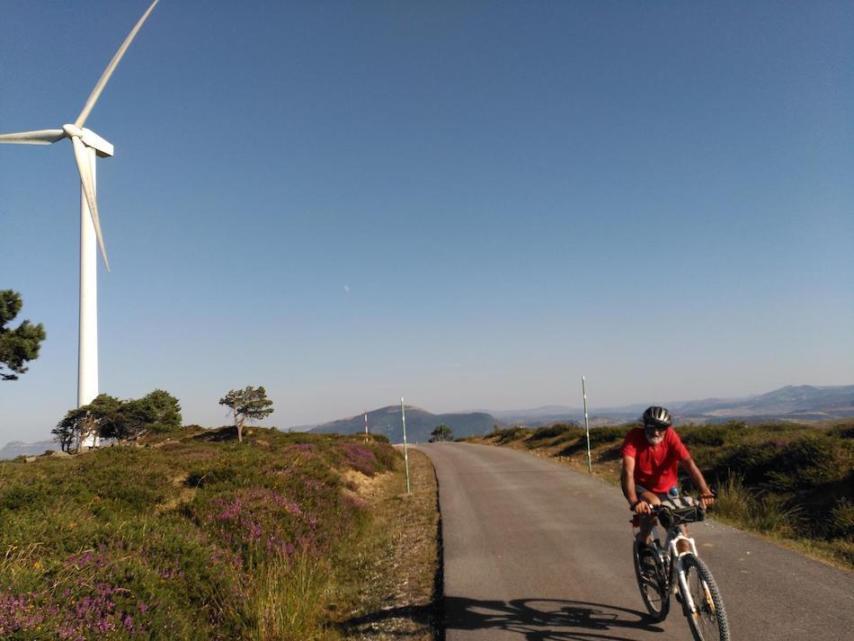 Una veintena de colectivos pide parar todos los proyectos eólicos en Cantabria
