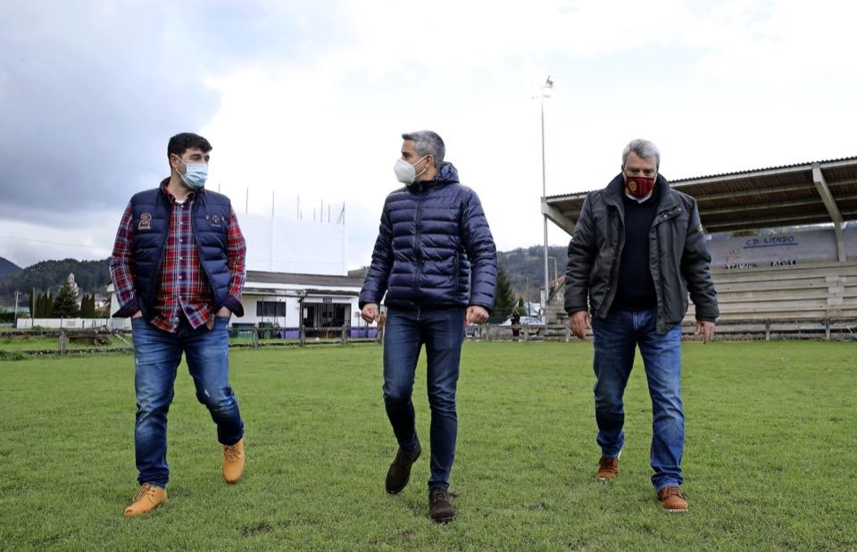 Mejora del campo de fútbol y el frontón tras invertirse 95.500 euros