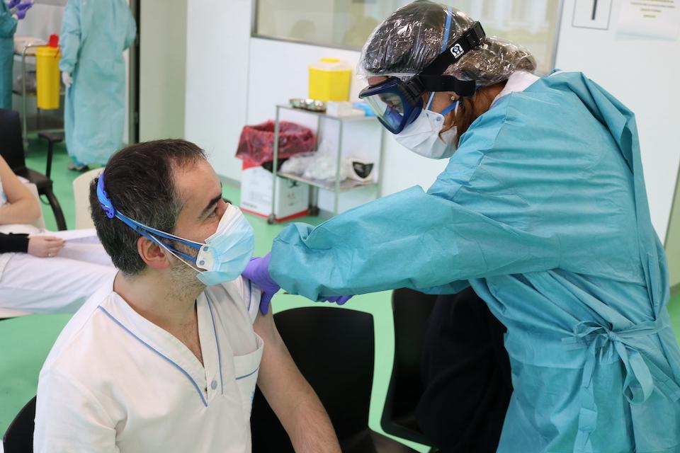 Santa Clotilde empieza a vacunar tras acabar las primeras PCR con 26 positivos