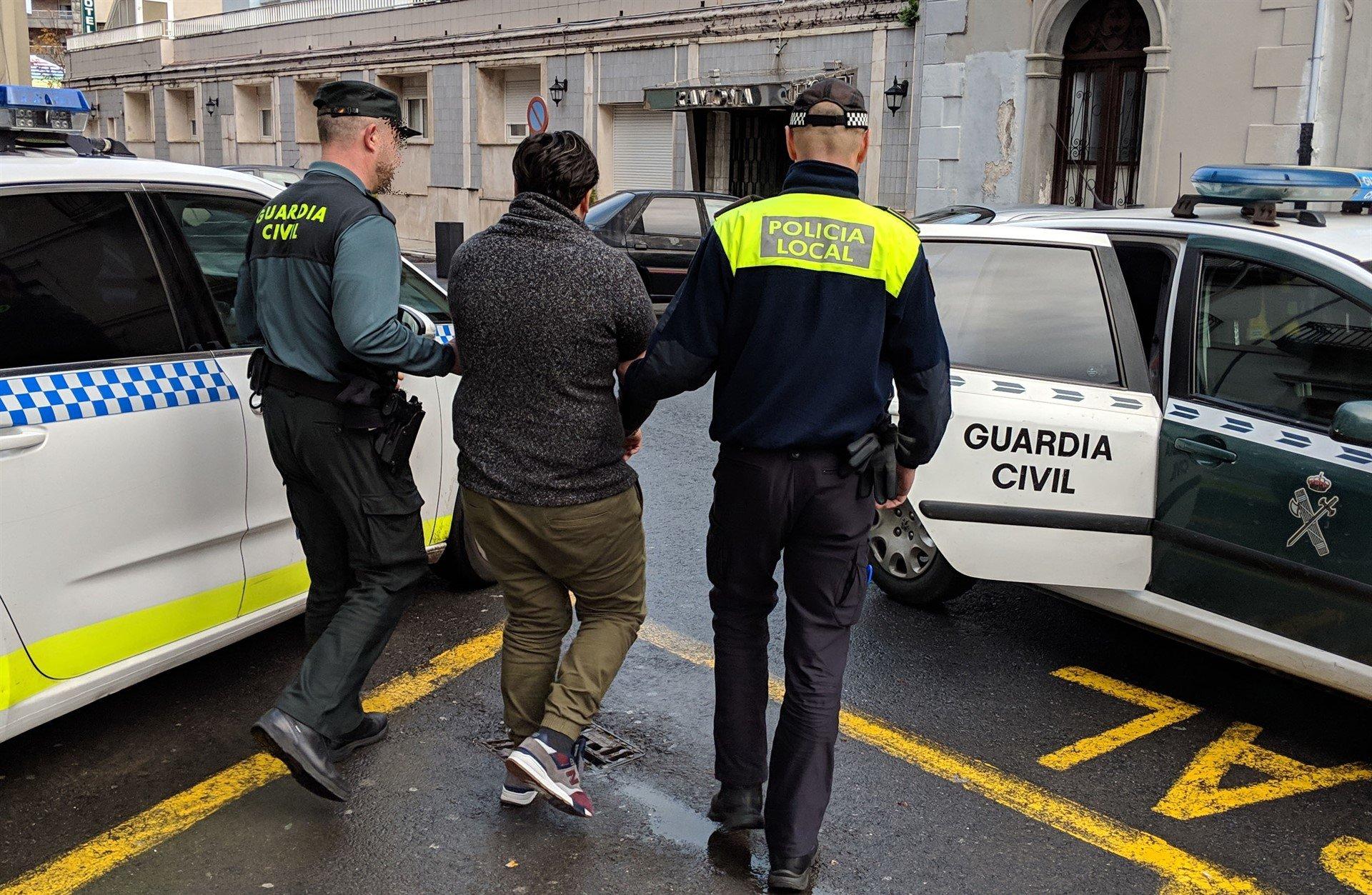 Resultado de imagen de fotos de hombres detenidos por la policía y la guardia civil
