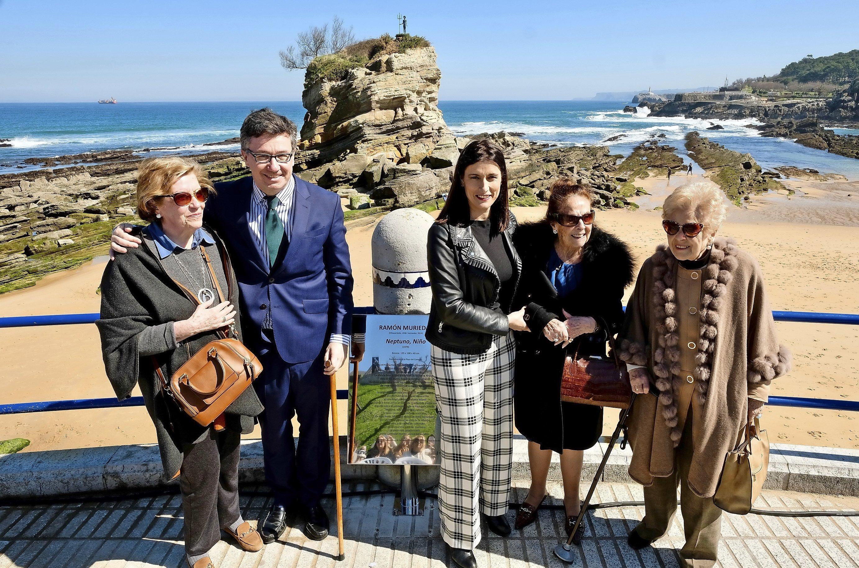 47263e2abd0d La alcaldesa con familiares de Ramón Muriedas durante el homenaje en la  playa del Camello.