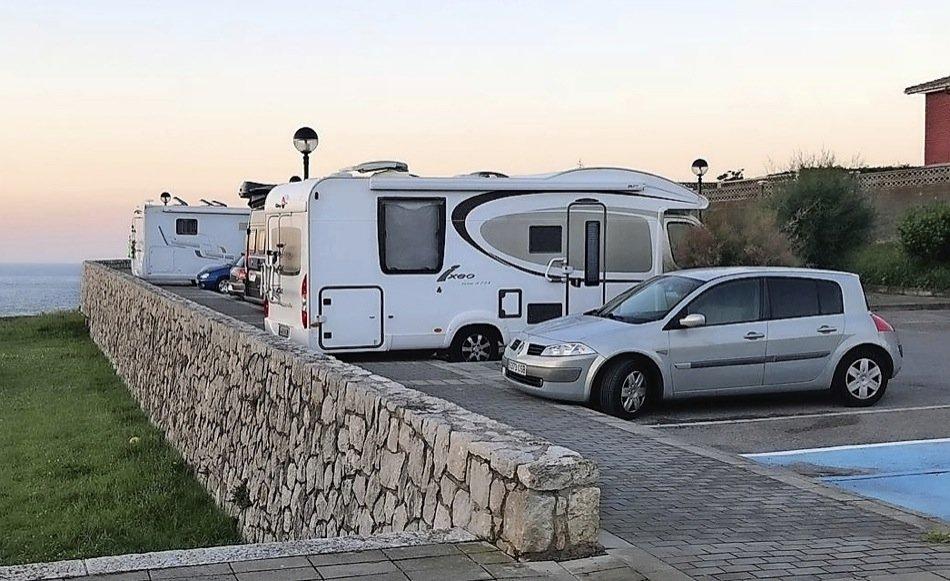 Autocaravanas aparcadas en Suances. / ALERTA