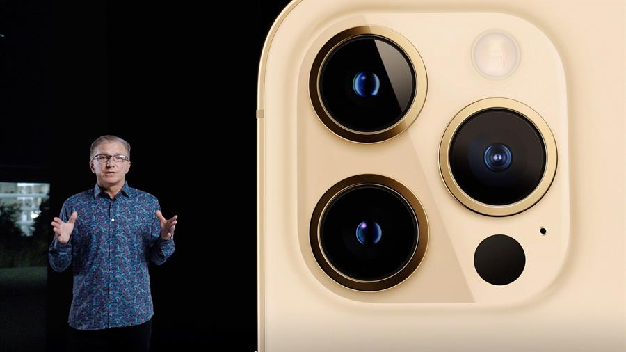 El vicepresidente senior de marketing mundial de Apple, Greg 'Joz' Joswiak, presenta el nuevo iPhone 12 Pro durante un evento especial en Apple Park en Cupertino, California, EE. UU., 13 de octubre de 2020.