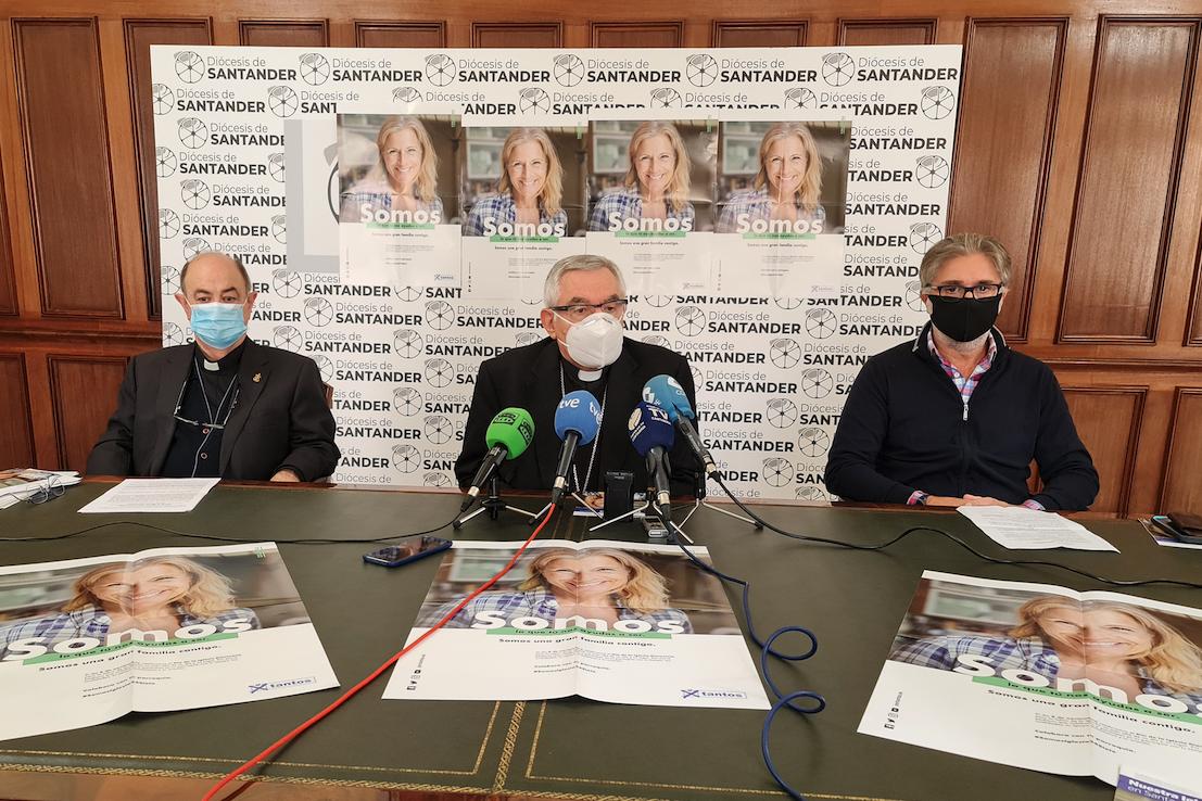 El obispo de Santander, durante la rueda de prensa