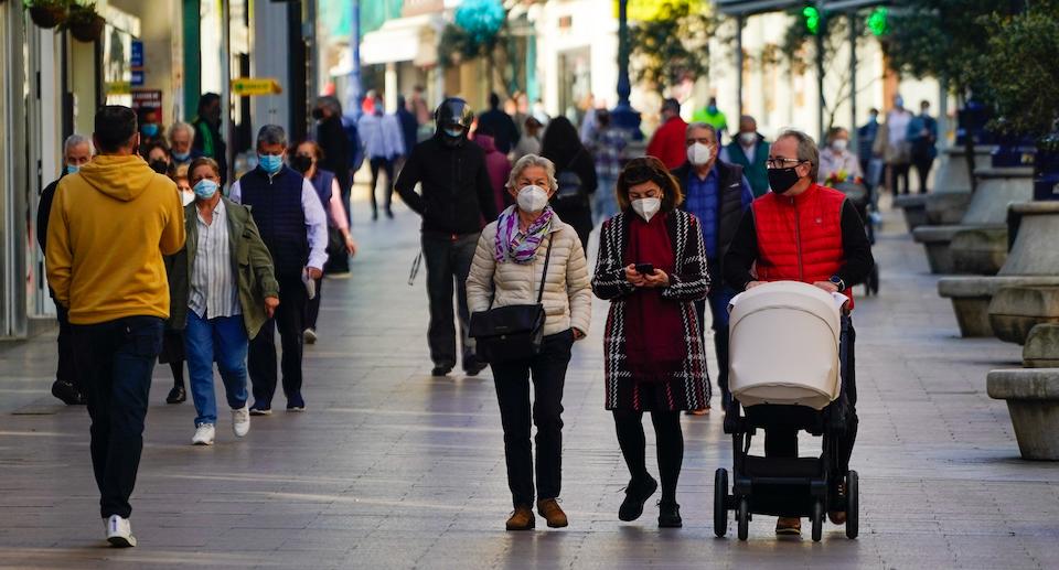Cantabria suma un fallecido, baja la incidencia y la presión hospitalaria