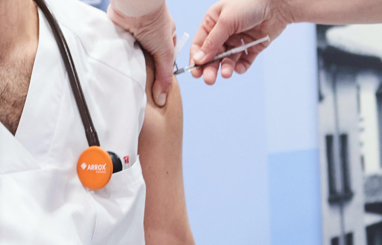 """Indignación en el PP por la """"discriminación a los médicos privados"""" en la vacunación"""