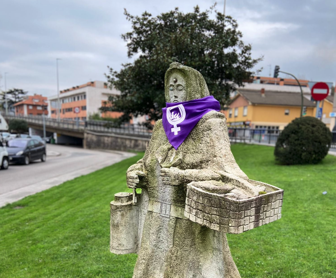 Estatuas de Cantabria amanecen de morado para exigir más espacio para mujeres