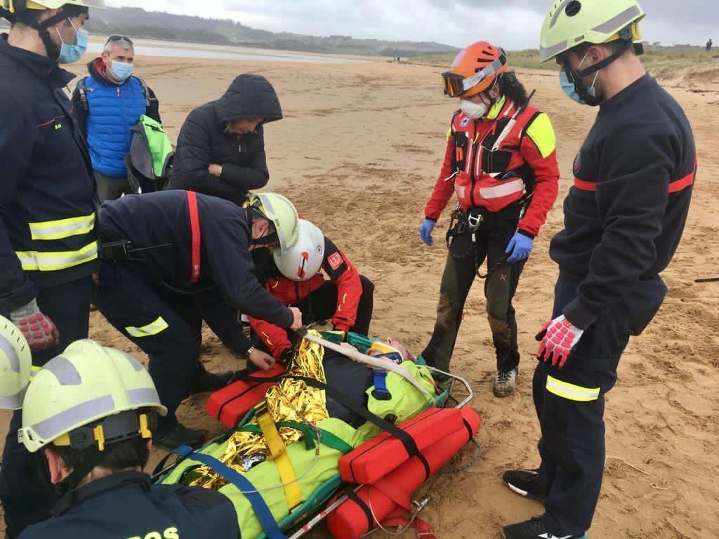 Un hombre de 86 años sufre un traumatismo en la cabeza al caerse de un caballo en una playa de Liencres