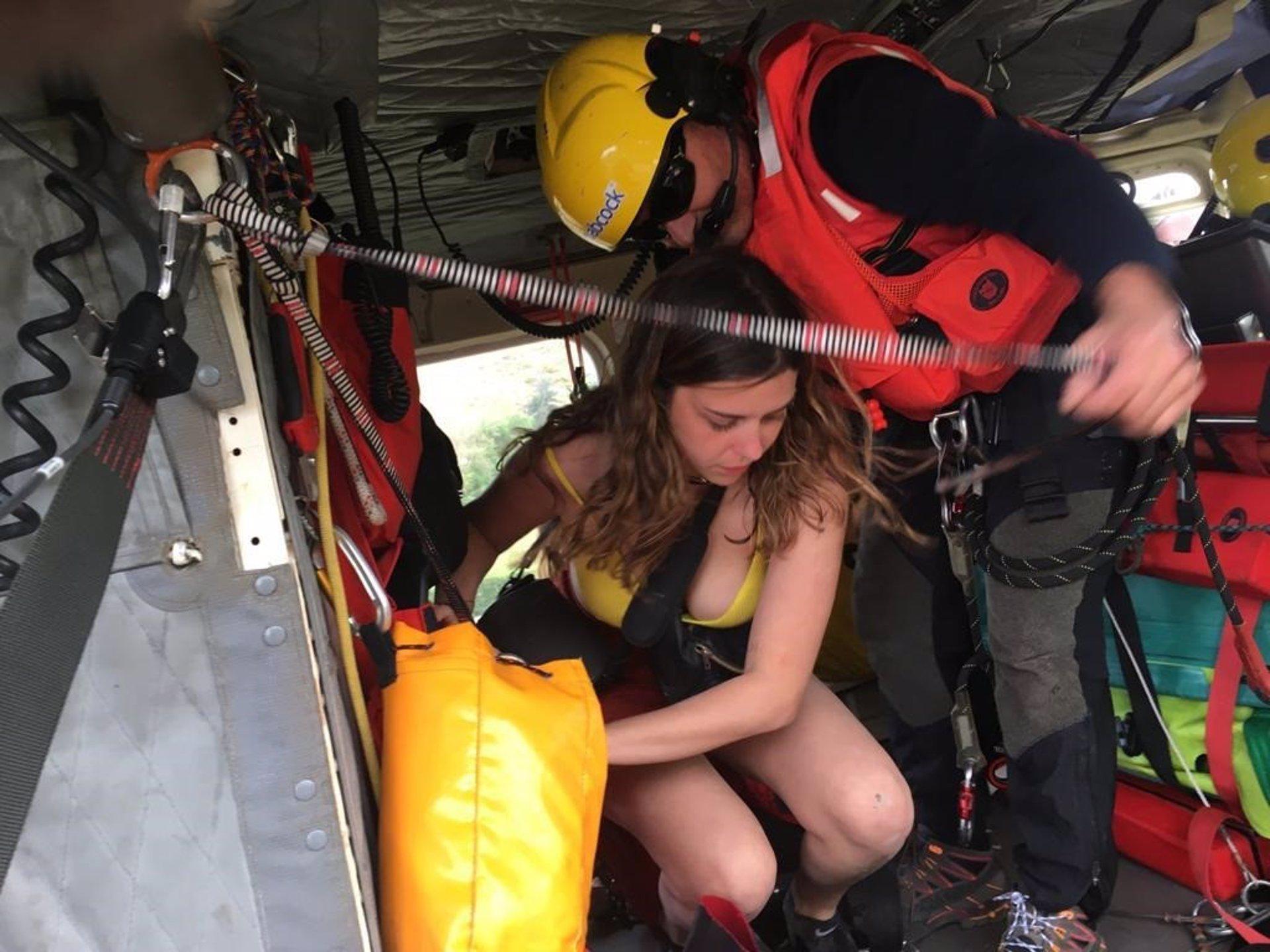 Sube la marea en Covachos y el helicóptero las rescata