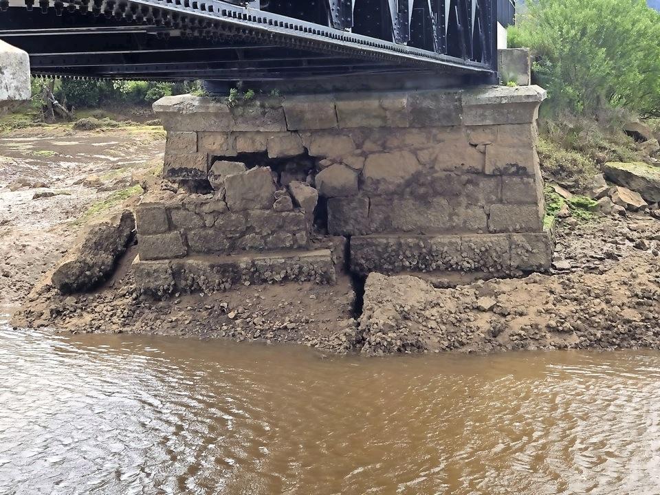 Cerrado «por precaución» el puente de hierro que une ambos municipios