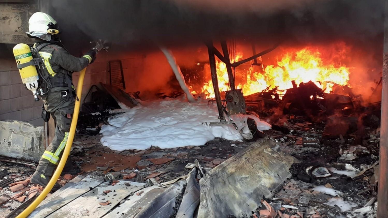 Los Bomberos del 112 extinguen un incendio en un garaje de Los Corrales de Buelna