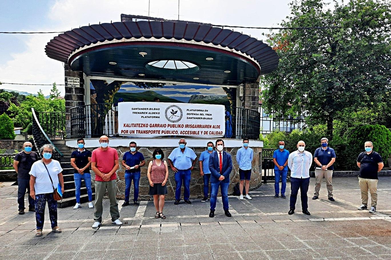 Once ayuntamientos cántabros y vascos piden restablecer los trenes Santander-Bilbao