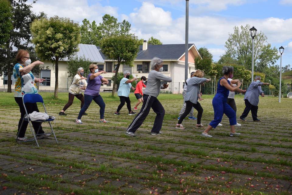 Vecinos aprenden a moverse de «forma diferente» con clases de taichí