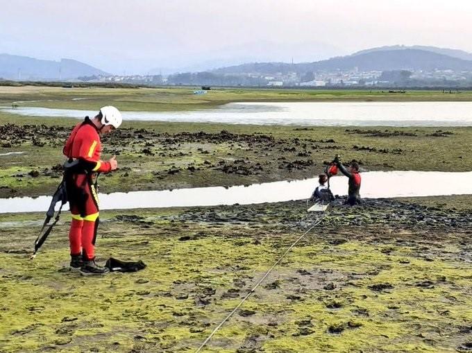 Los bomberos rescatan a una chica atrapada en el fango en la costa de Laredo