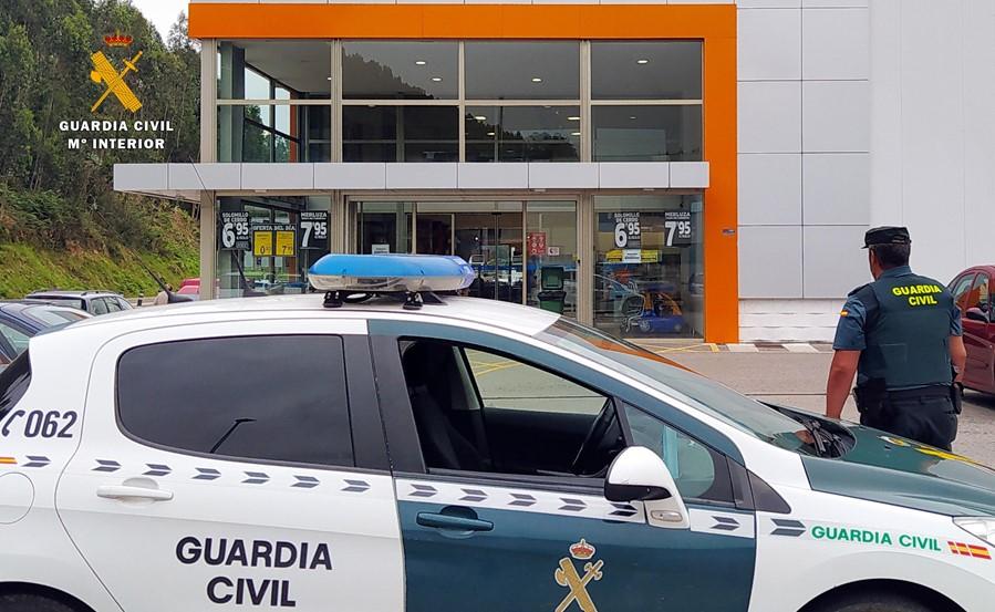 Detenida una delincuente habitual por robar carteras en comercios de Pesués y San Vicente