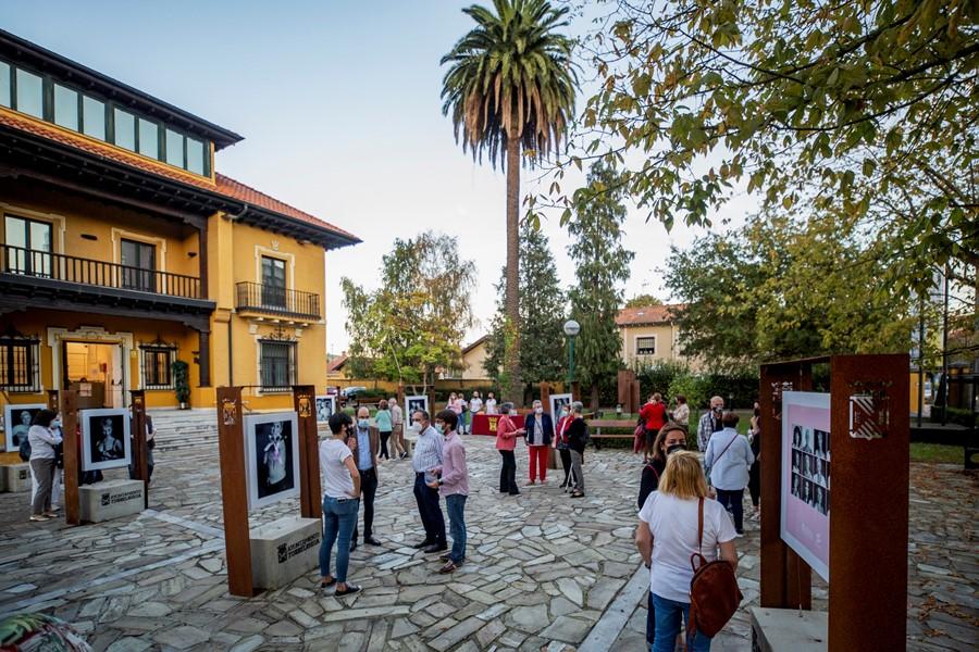 El exterior del Centro Nacional de Fotografía acoge la exposición 'Cicatrices' sobre cáncer de mama